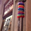bonowaps_yarnbombing_detalle_la_bodeguita_calle_bisbelaguarda_barcelona