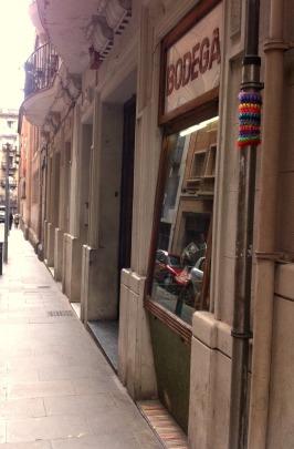 bonowaps_yarnbombing_la_bodeguita_calle_bisbelaguarda_barcelona