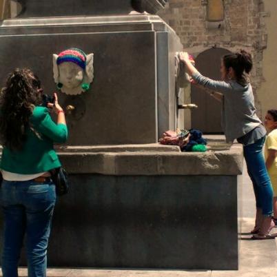 plaza-padro-yarnbombing-bonowaps-fuente-instalando