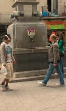 plaza-padro-yarnbombing-bonowaps-fuente-mirando